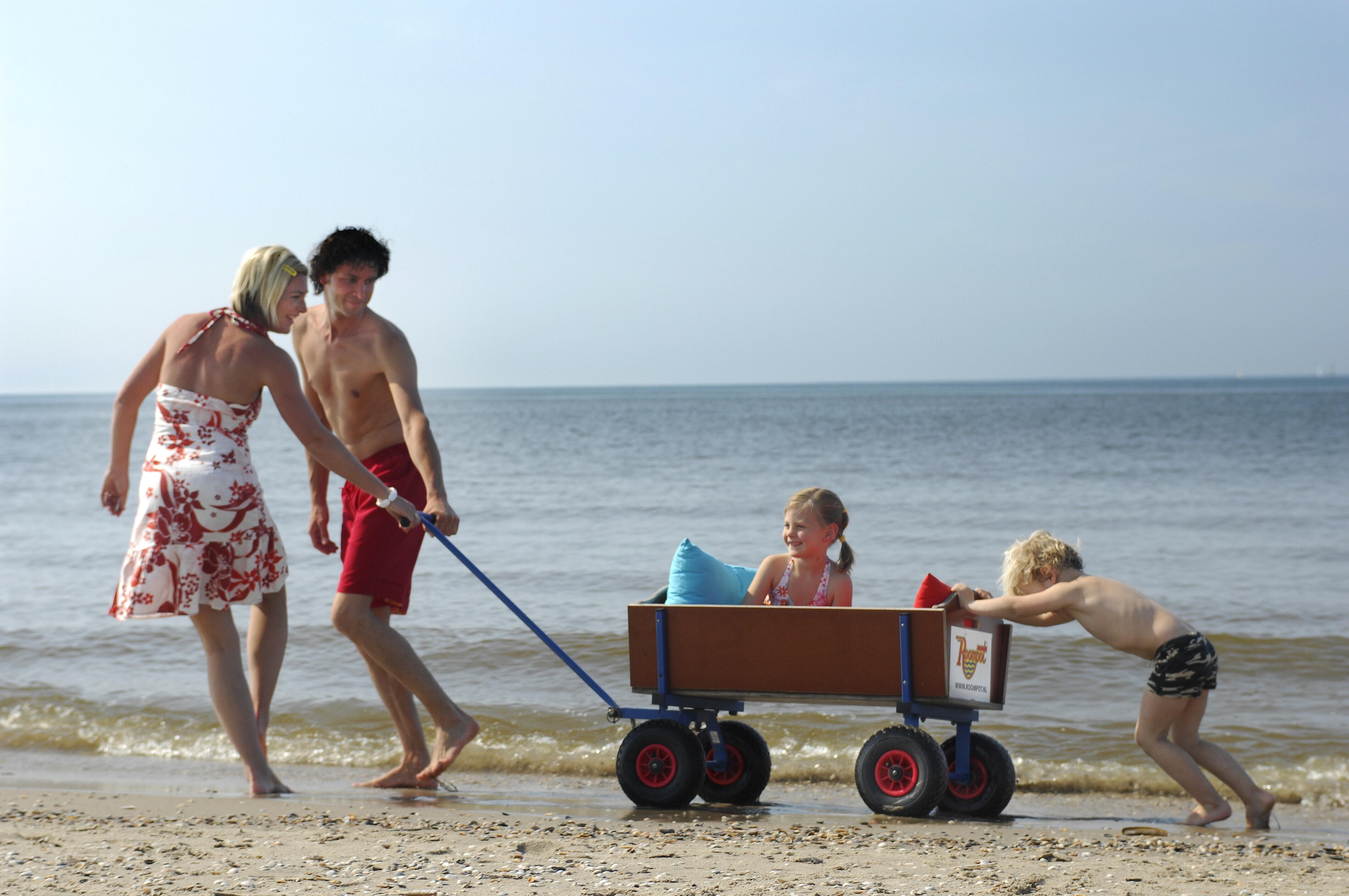Wandeling over strand camping kijkduinpark
