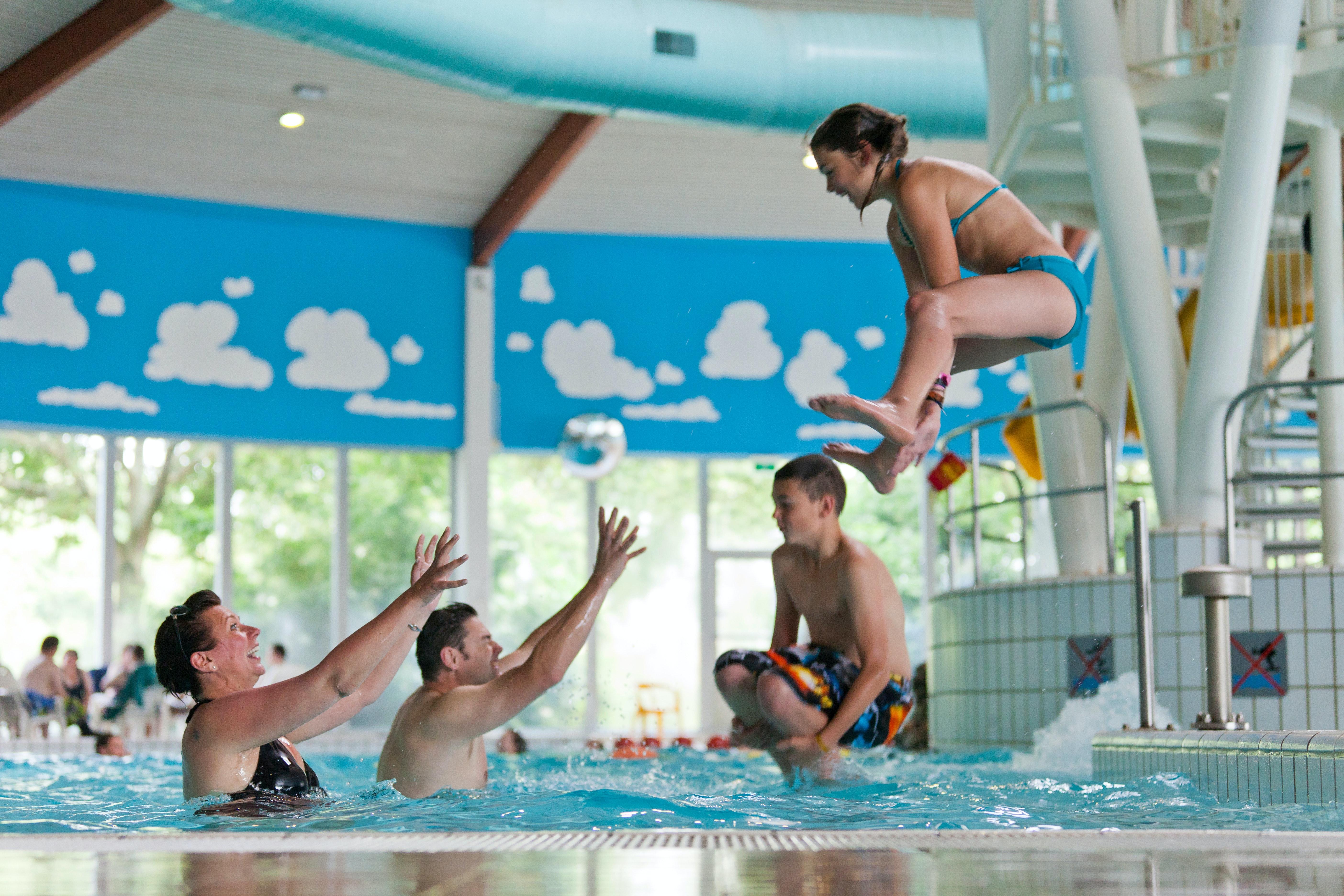 Spelen in zwembad camping Hof Domburg