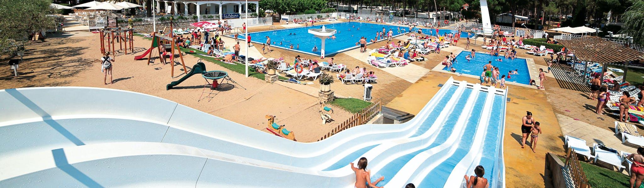 Buitenzwembad met waterglijbaan camp Cypsela