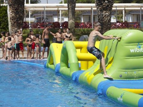 Speeltoestel in zwembad camping Valldaro