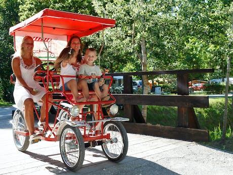 Gezin op de fiets op camping domaine du verdo