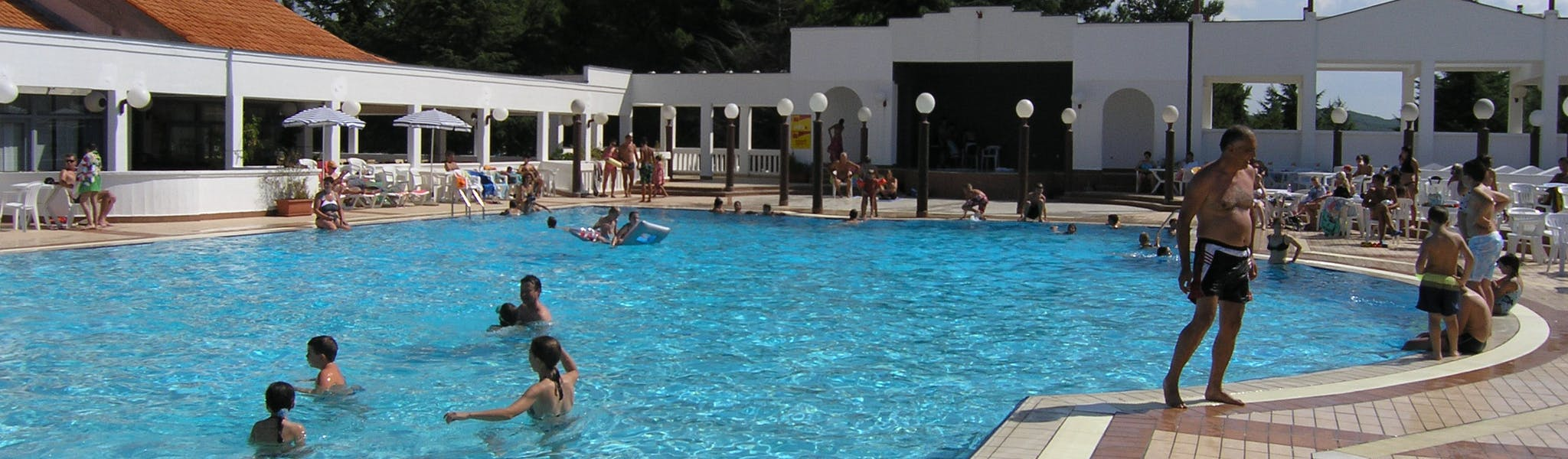 Zwemmen in zwembad Porto Sole