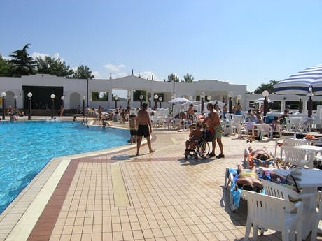 Terras bij zwembad camping Porto Sole