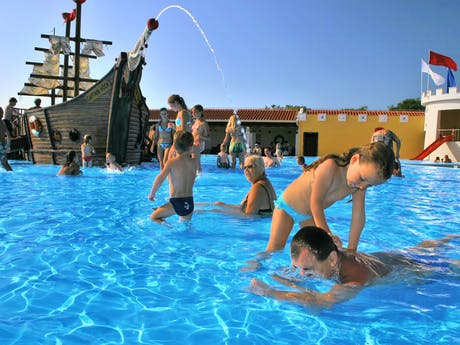 waterpret bij zwembad camping Park Umag