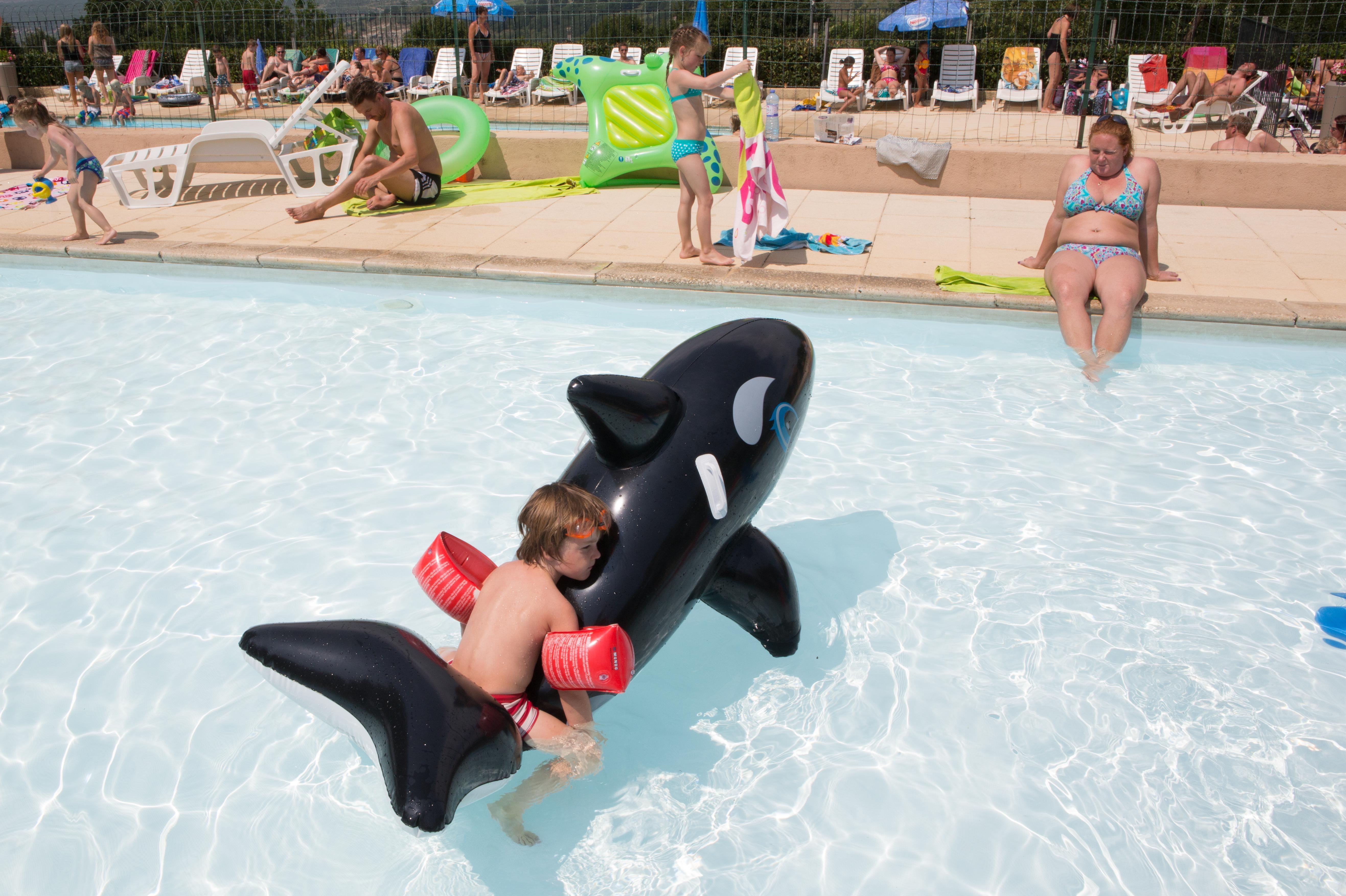 Spelen in zwembad les Charmilles