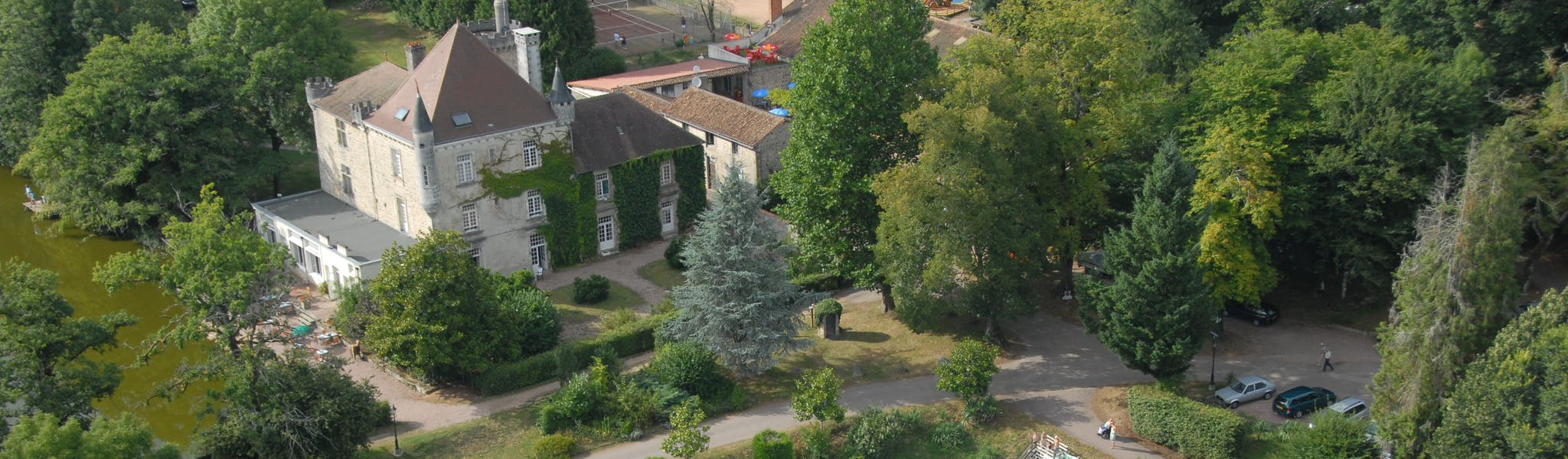 Luchtfoto zwembad Camping Chateau le Verdoyer