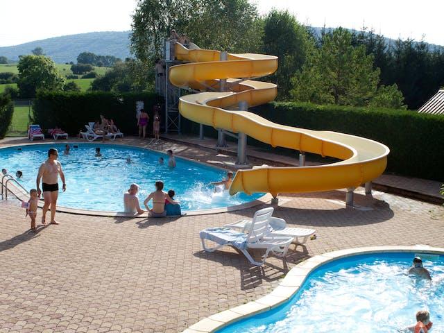 Zwembad met glijbaan camping Beauregard