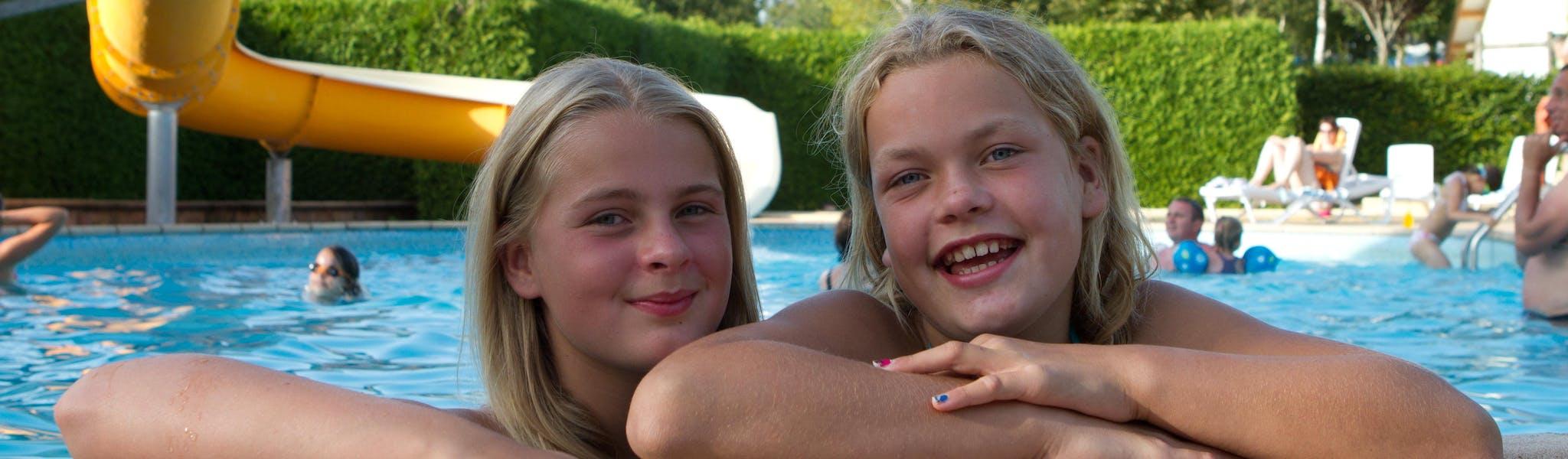 Meiden in zwembad camping Beauregard