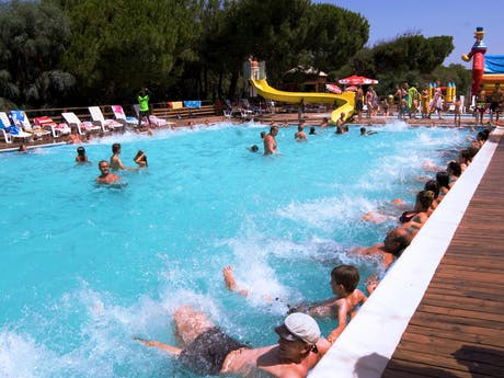 Relaxen bij zwembad camping Bella Sardinia