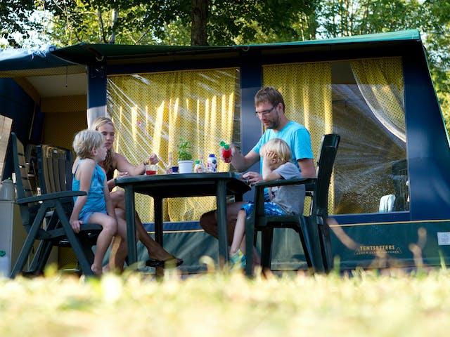 Voorbeeld Bungalowtent Blue etend gezin