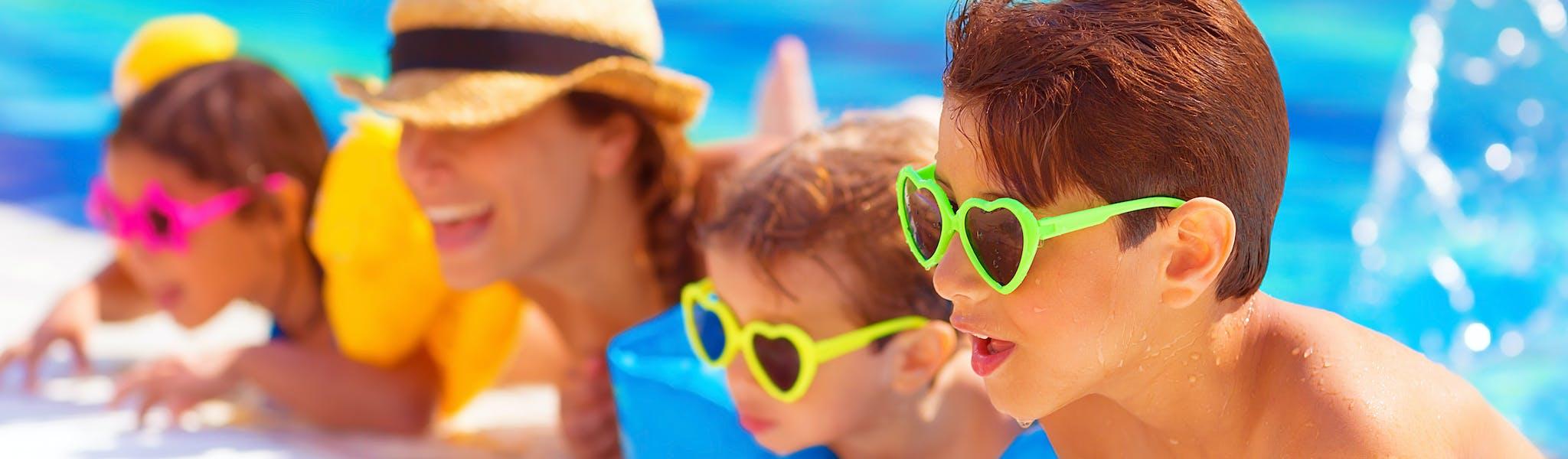 Kinderen aan de rand van het zwembad