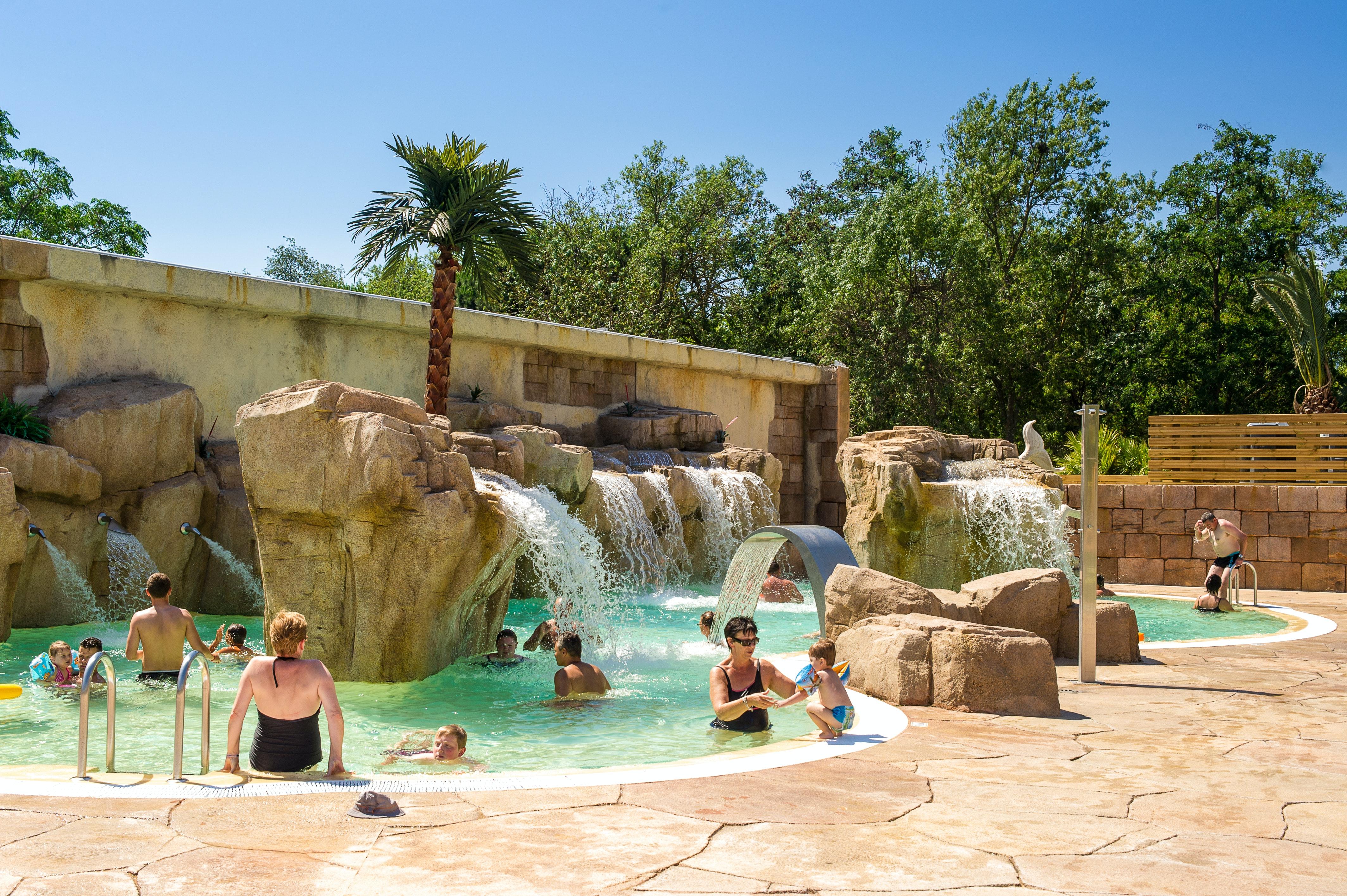 zwembad met watervallen camping la sirene