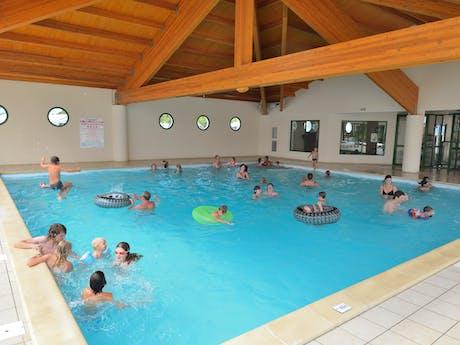 Zwemmen in binnenzwembad Le Pin Parasol