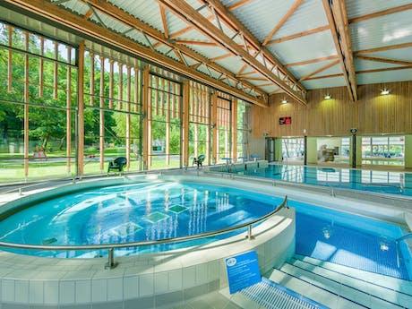 Binnenzwembad Domaine de Chalain