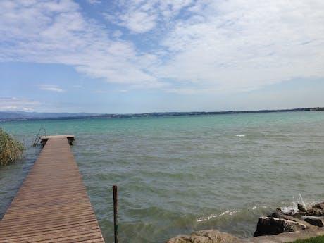 Camping Tiglio loopbrug bij meer