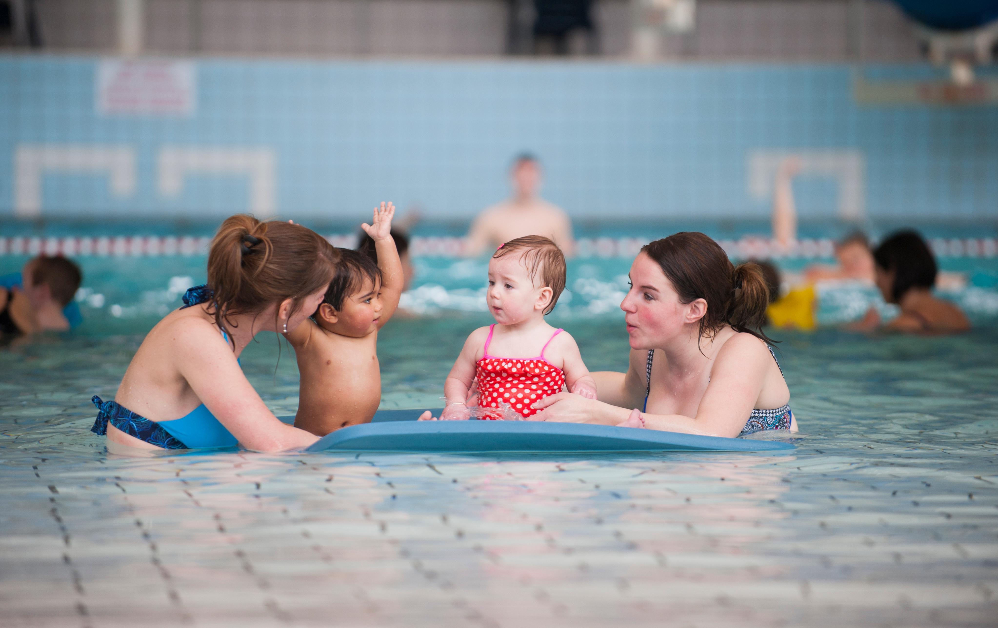 Kinderen in zwembad Roompot Beach Resort