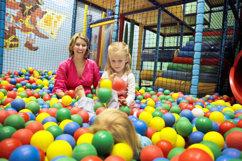 Spelende kinderen Center Parcs Parc Sandur