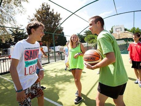 Basketbalveldje Le Petit Rocher