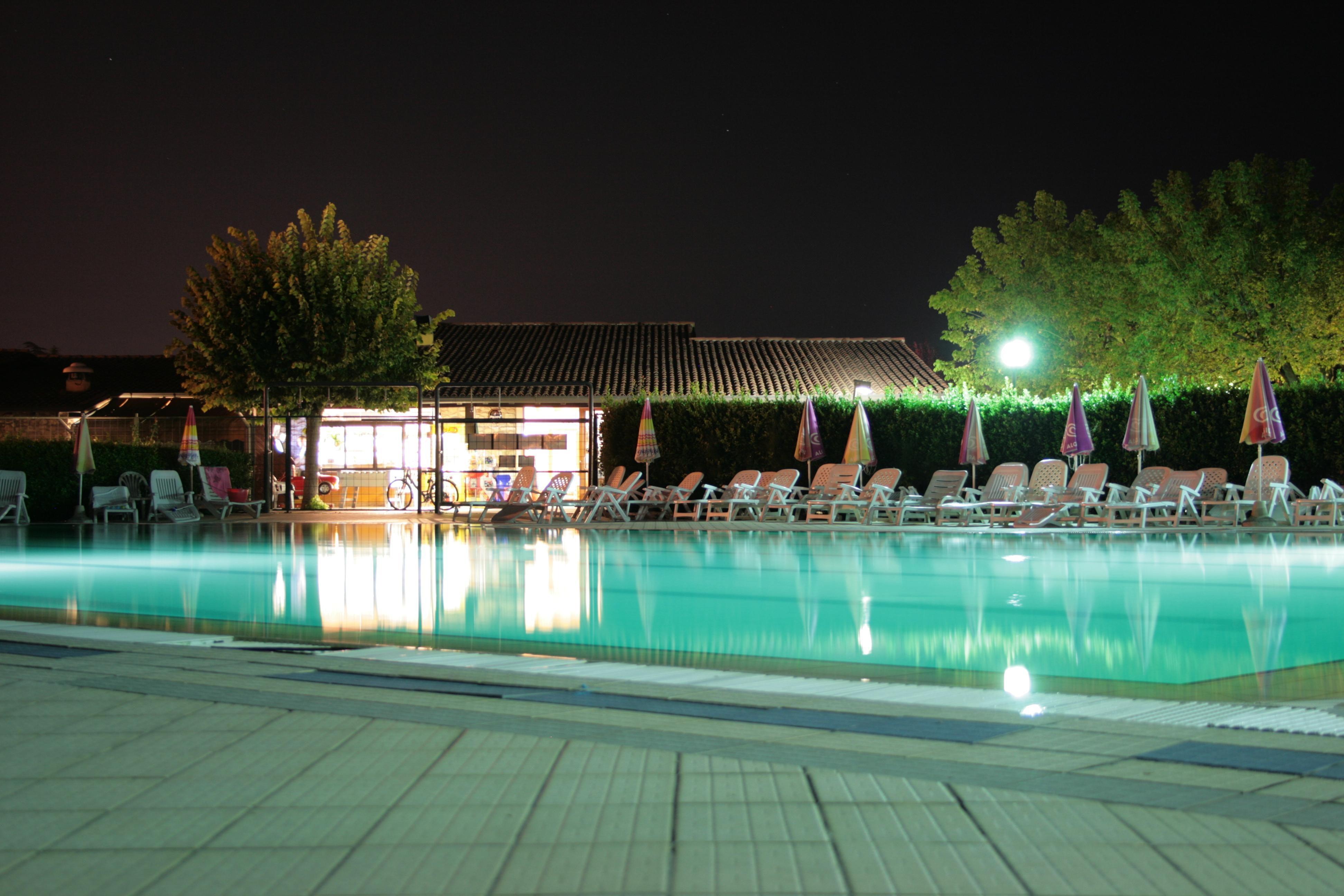 Zwembad in de avond bij camping Tiglio