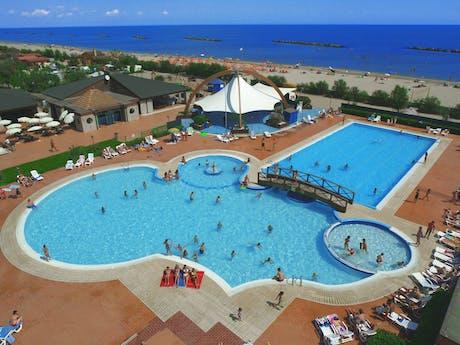 Zwembad drone foto Spiaggia e Mare