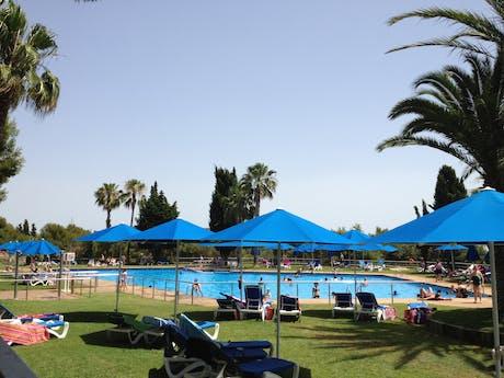 Zwembad met ligweide camping Vilanova Park