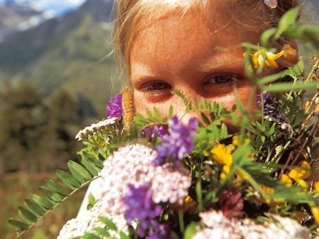 woferlgut kind bij bloemen