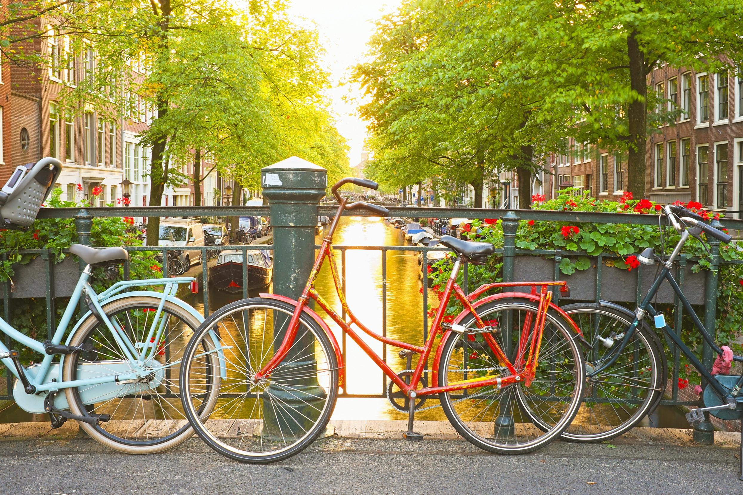 fietsen langs de gracht in Amsterdam