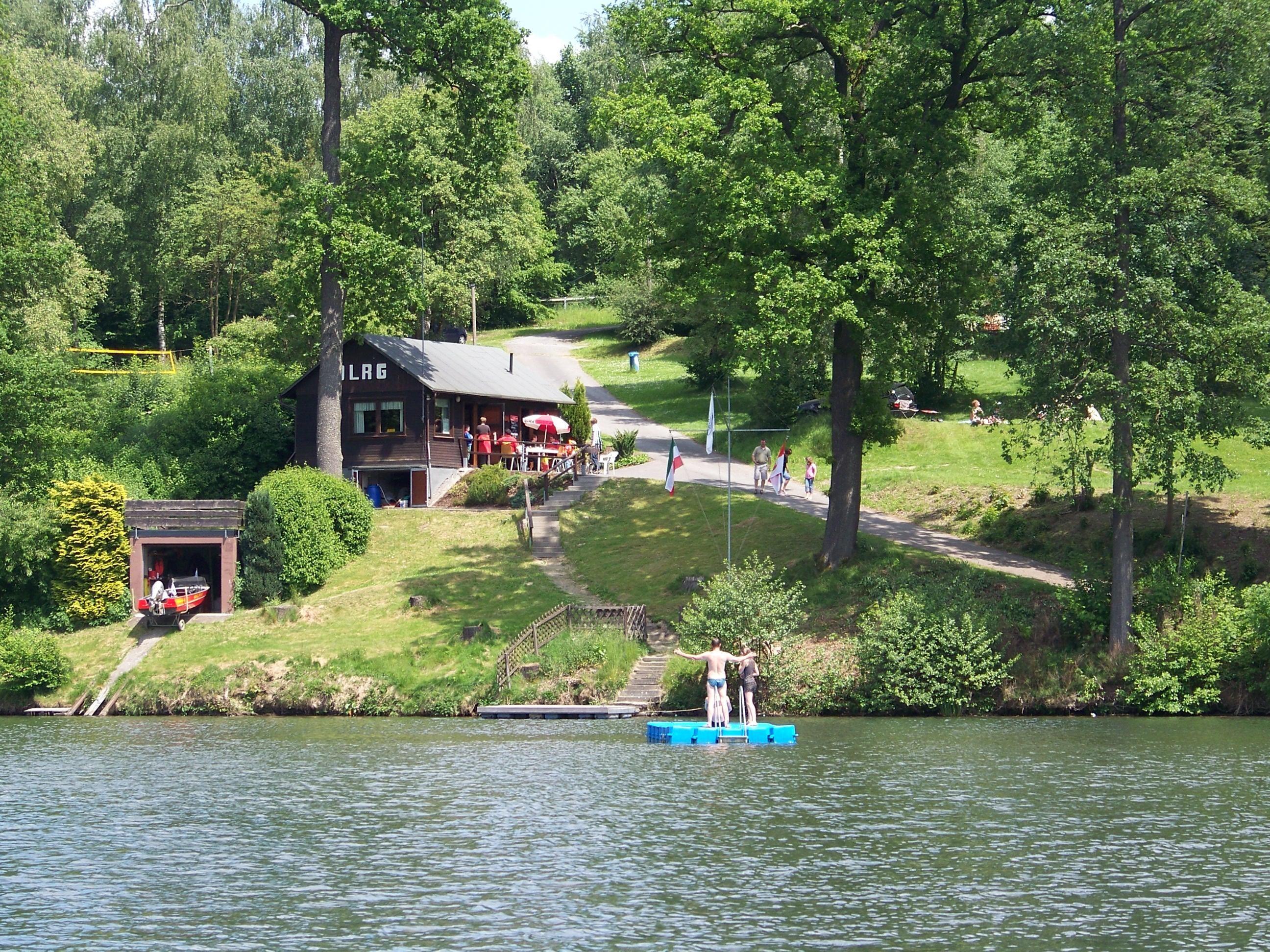 Camping Henessee meer in groene omgeving
