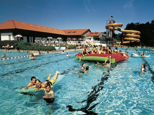 Zwembad met speeltoestel Knaus camping Wingst