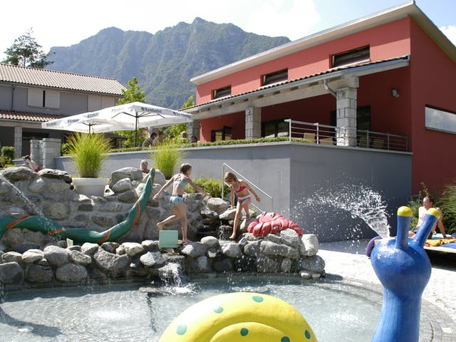 Kinderen bij klein zwembad Rio Vantone
