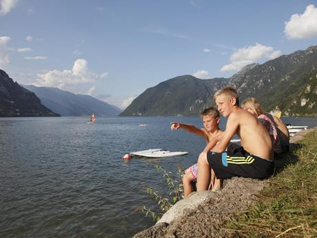 Kinderen bij meer camping Rio Vantone