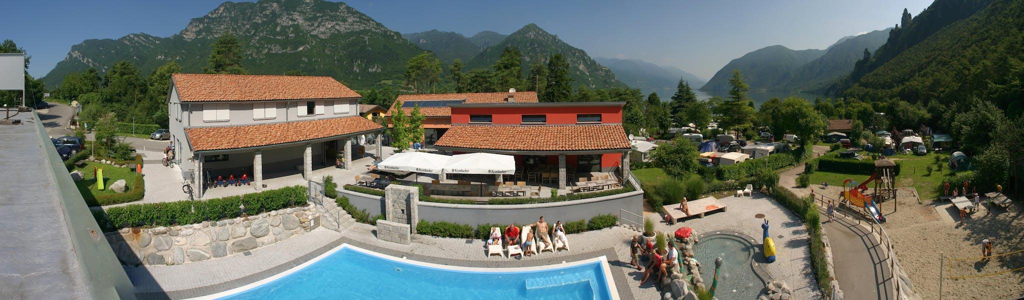 Zwembad en terras camping Rio Vantone