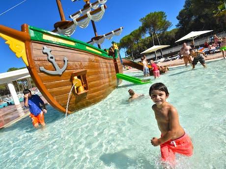 Spelen bij waterschip camping Cypsela
