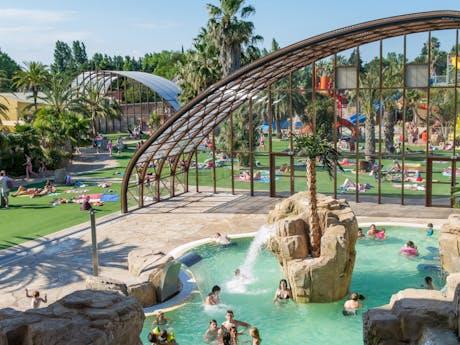 Zwembad met rosten en palmbomen la Sirene