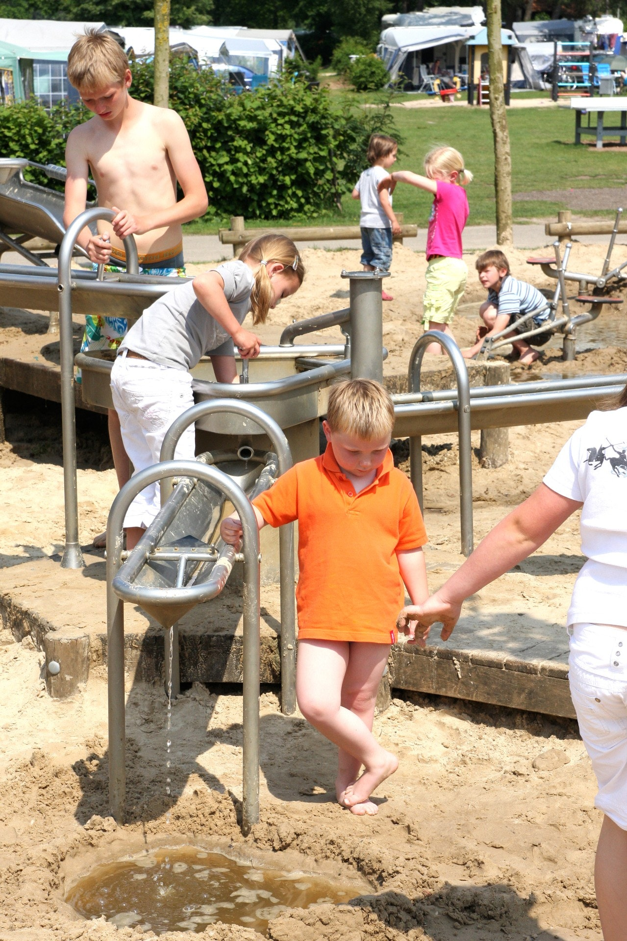 Camping de Molenhof spelen bij waterpomp