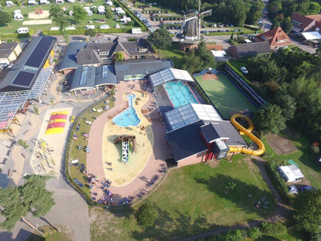 Camping de Molenhof luchfoto op zwembad