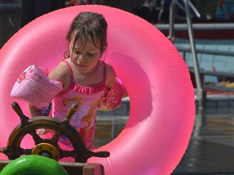 Kind spelen in zwembad camping de Molenhof