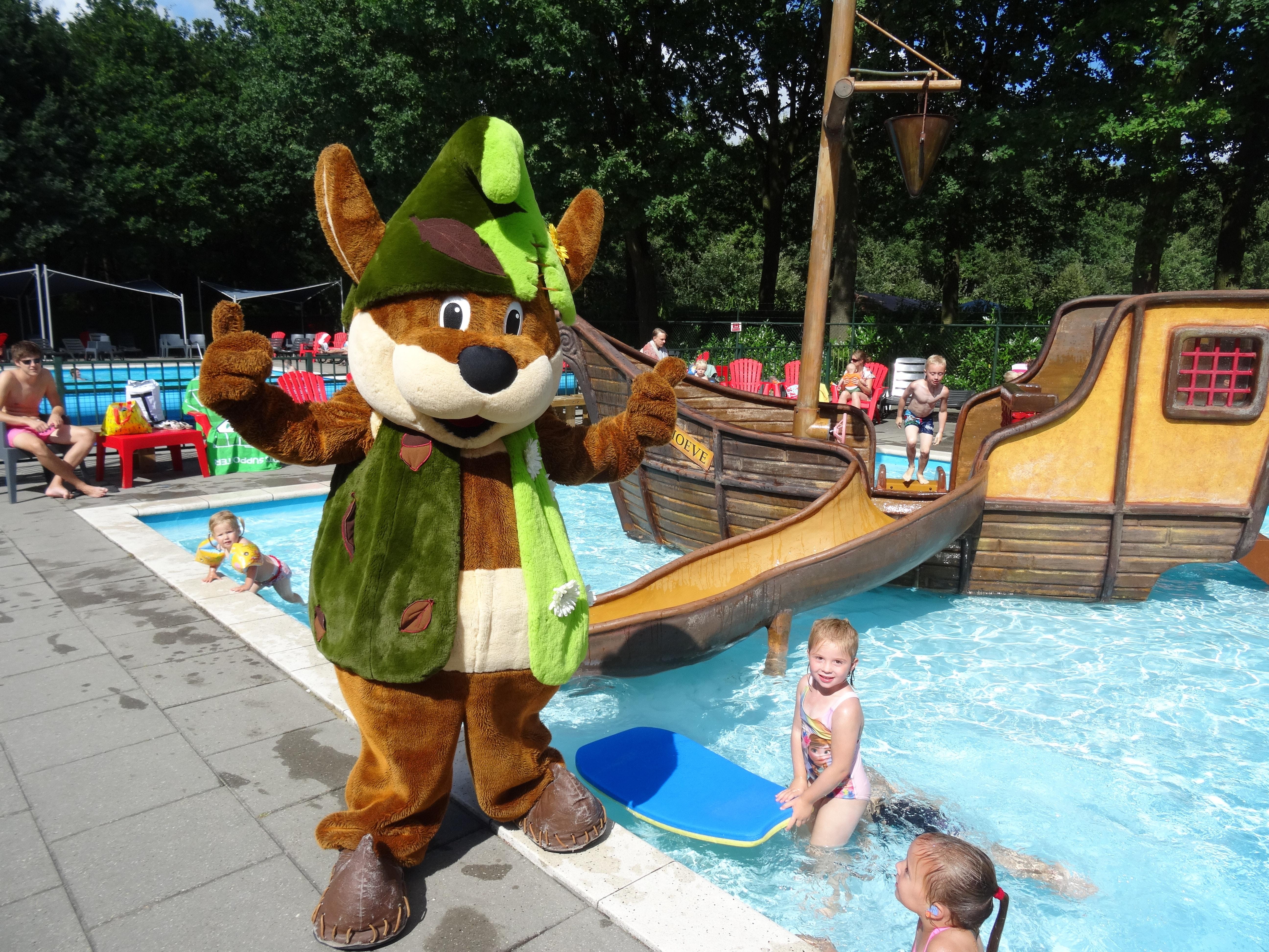 Mascotte bij het zwembad camping Duinhoeve