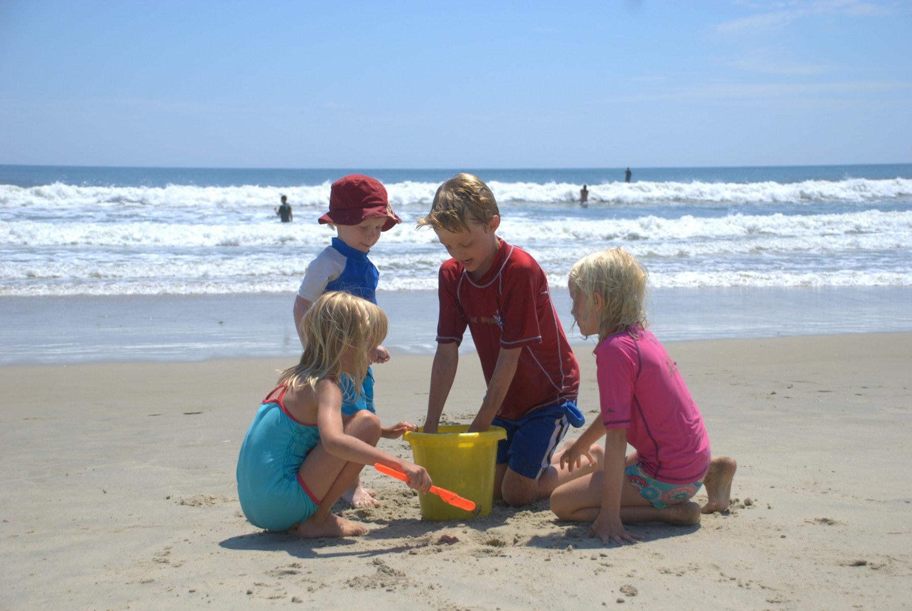 Spelende kinderen op strand bij Callassande