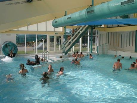 Zwemmen in binnenzwembad camping Callassande