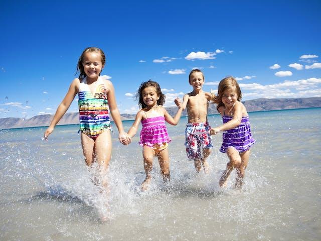 Kinderen rennend op een strand