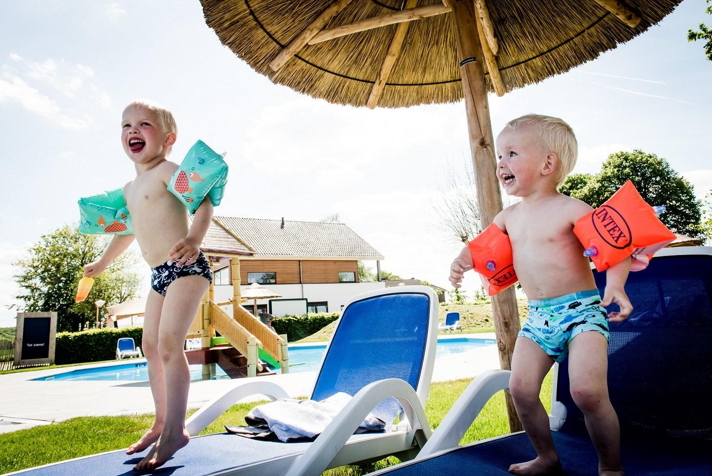 Camping Gulperberg kinderen bij zwembad