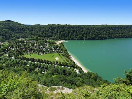 Domaine de Chalain meer en bos