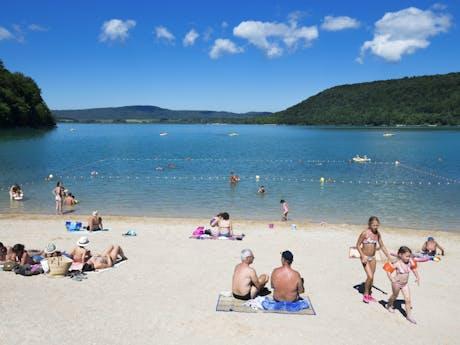 Domaine de Chalain strand bij meer