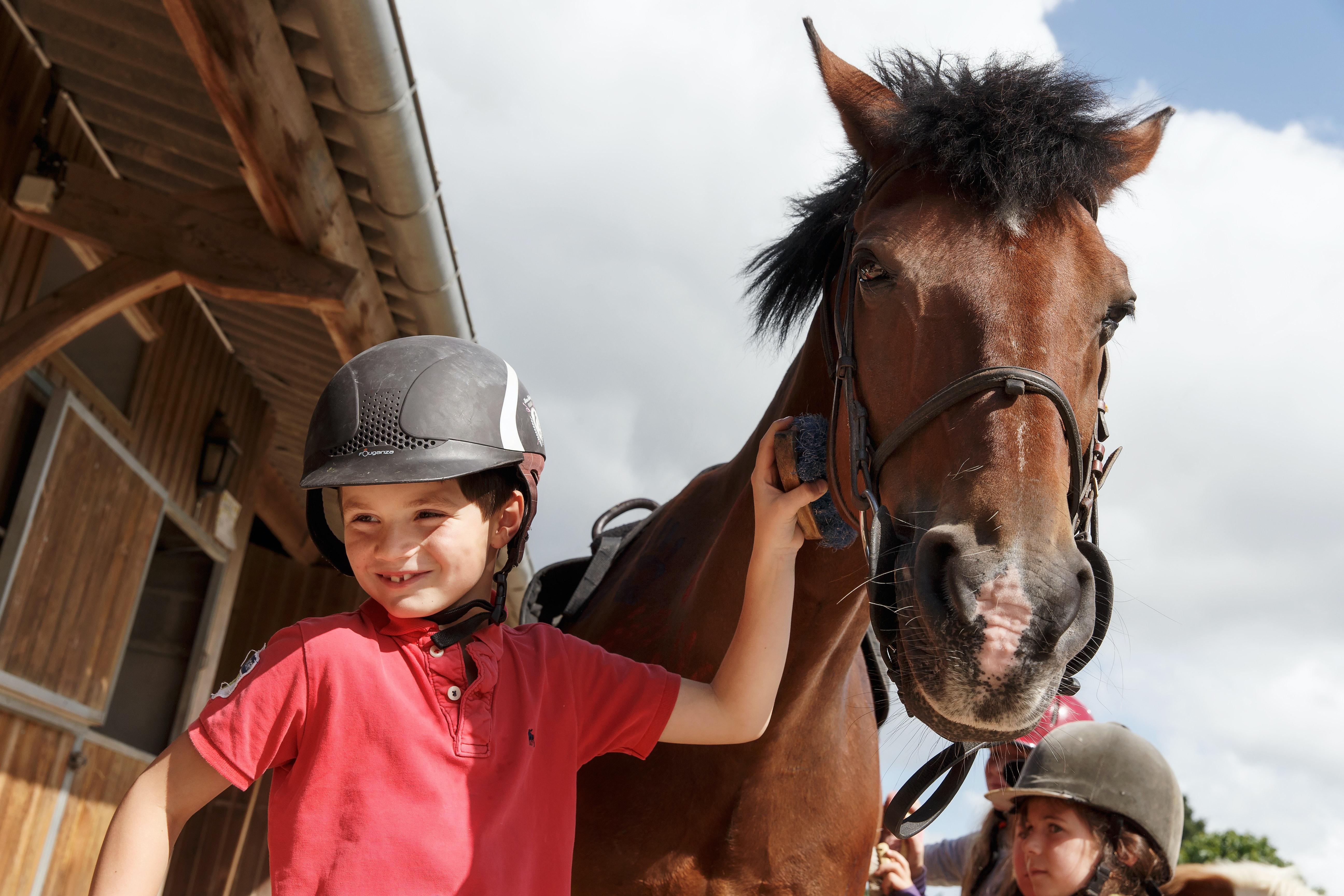 Camping Domaine des Ormes kind met paard