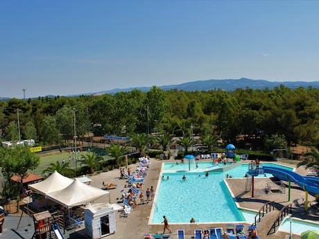 Camping Baia del Marinaio zwembad van bovenaf