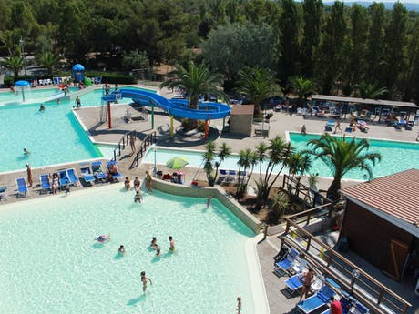 Camping Baia del Marinaio zwembad dronefoto