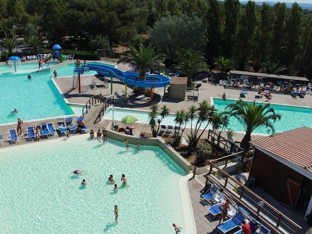 Camping Baia del Marinaio zwembad van boven