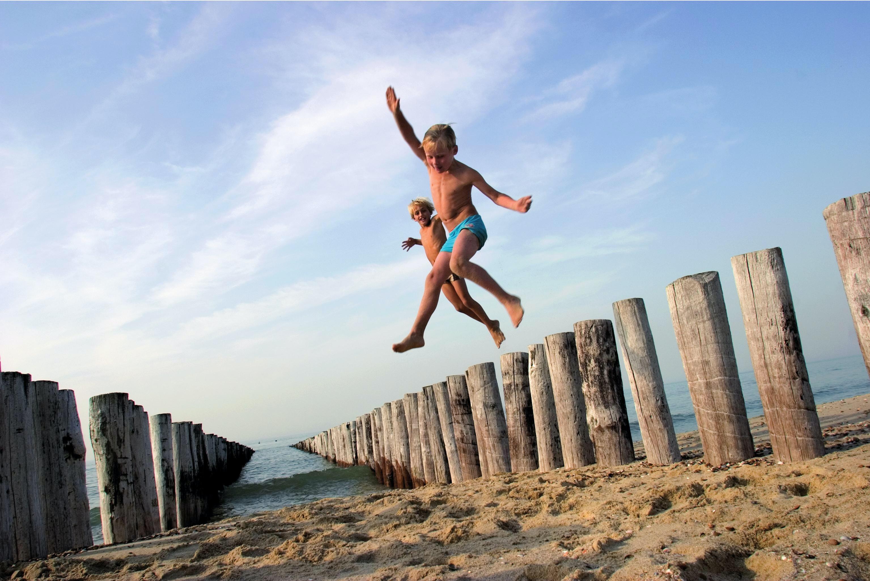 Kinderen spelen op strand Camping Hof Domburg