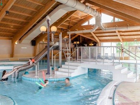 verwarmd binnenzwembad met glijbaan